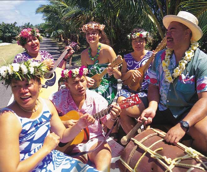 Glada varma leenden gör det folkligt och avslappnat på underbara Cooköarna i Söderhavet.